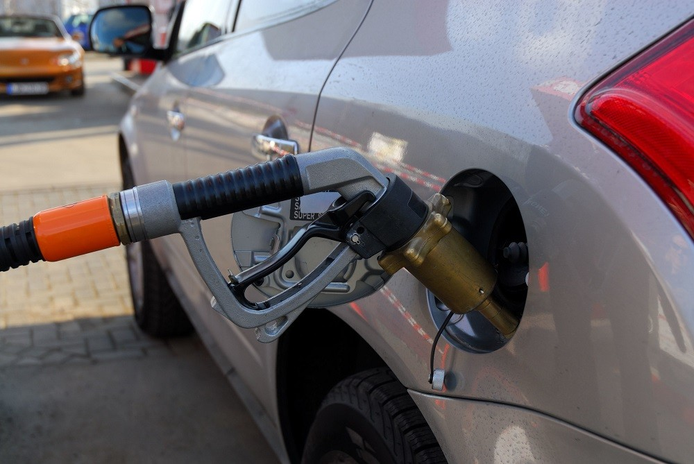 wlewanie paliwa do auta