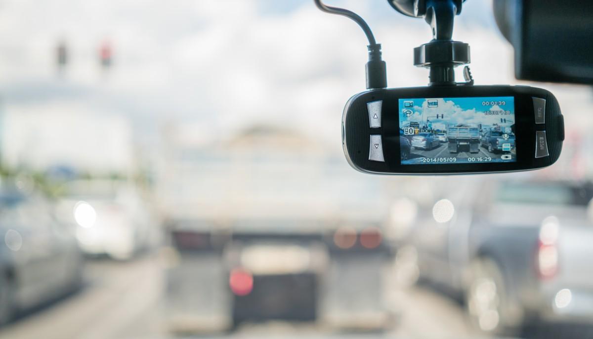kamerka samochodowa w aucie na przedniej szybie