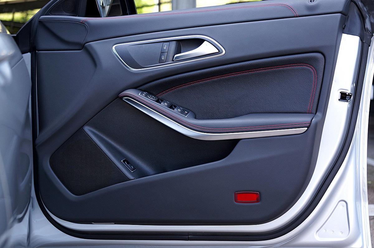 drzwi samochodu osobowego od wewnętrz
