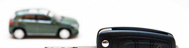 kluczyk od auta a w tle auto