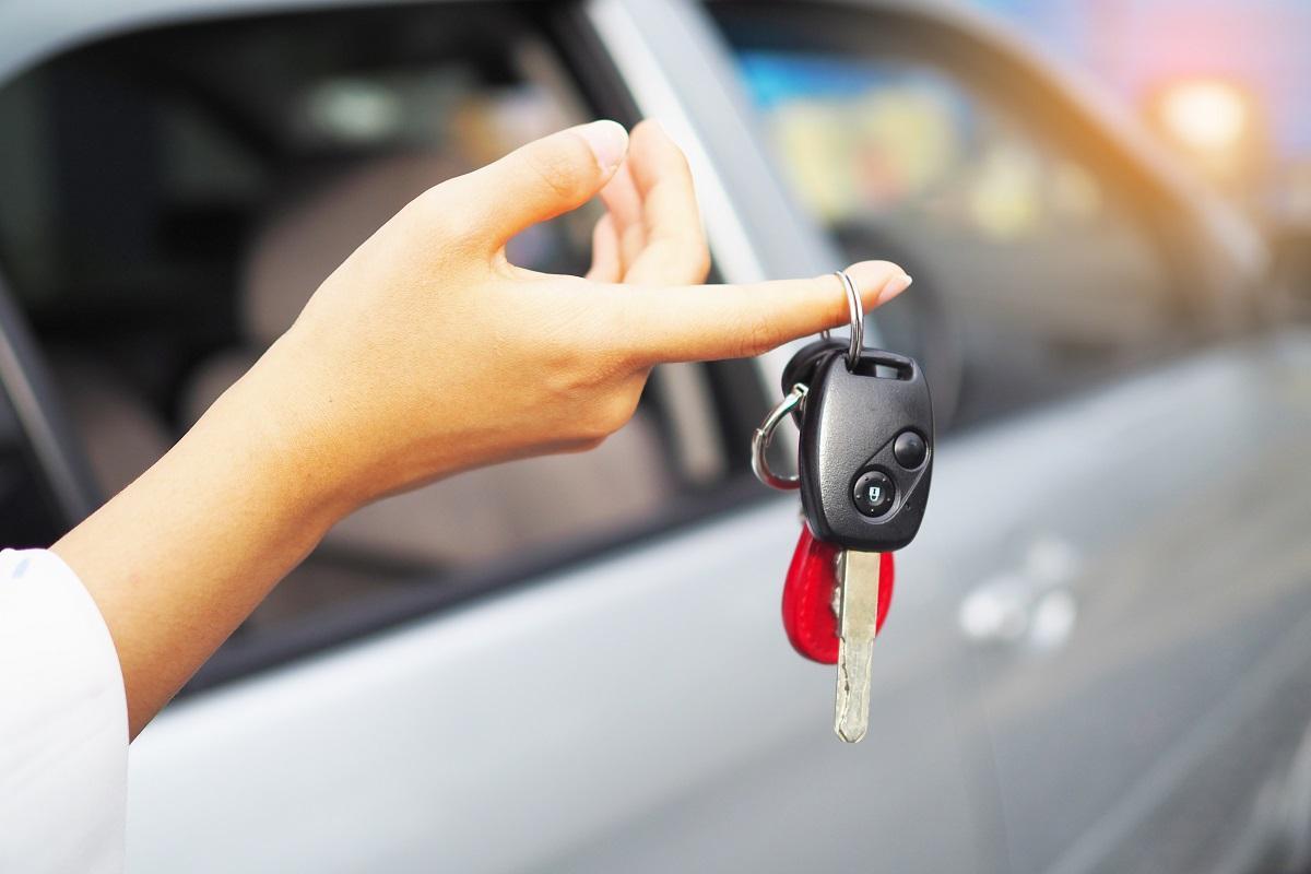 kluczyki od auta wiszą na palcu kobiecej dłoni