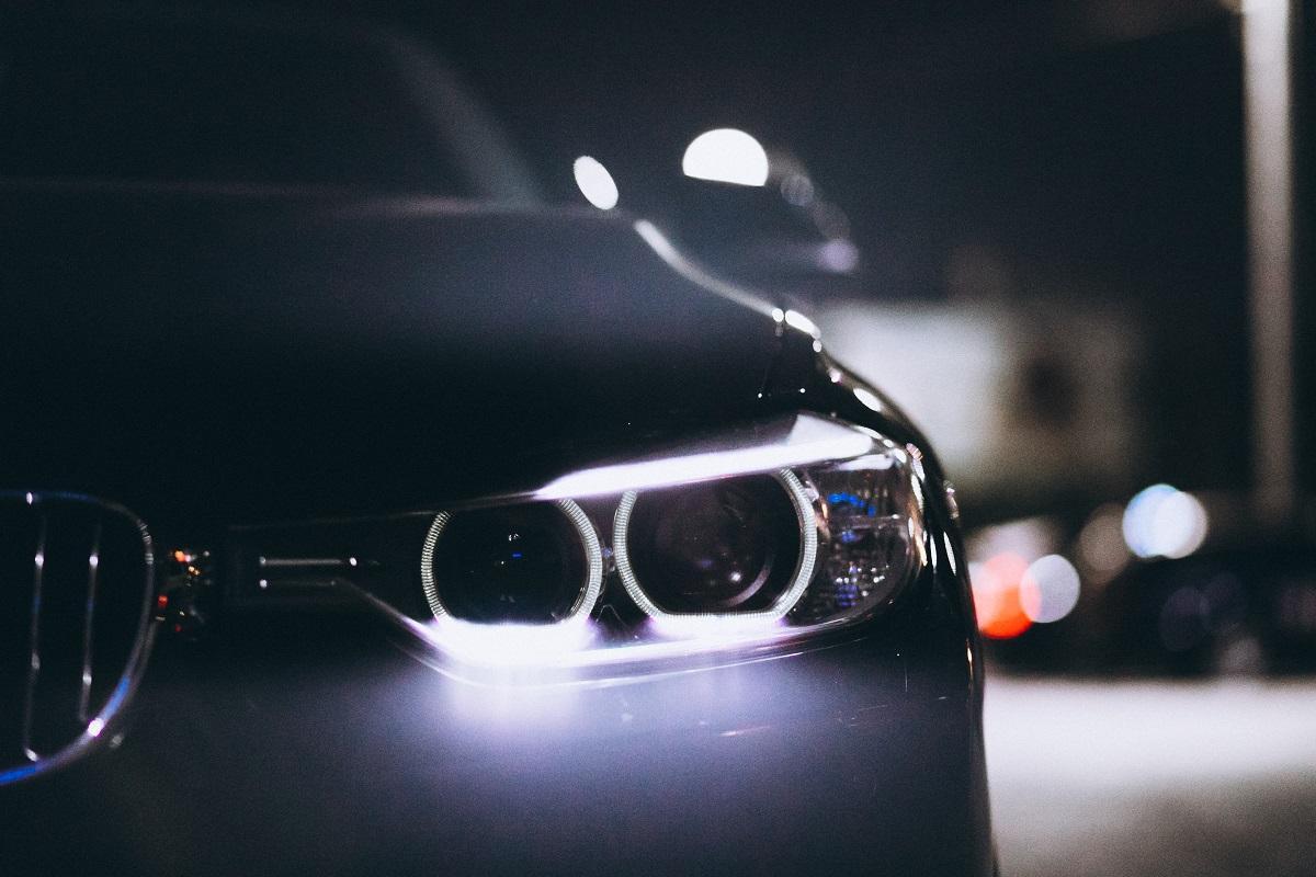 przednie lampy auta osobowego nocą
