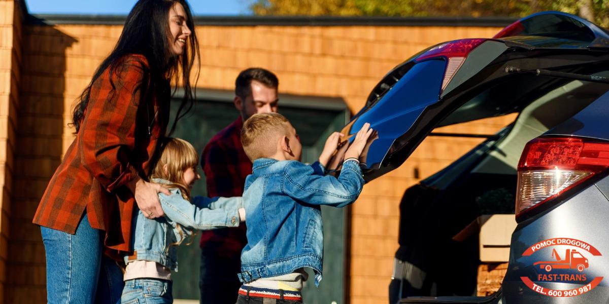 rodzina przy bagażniku auta