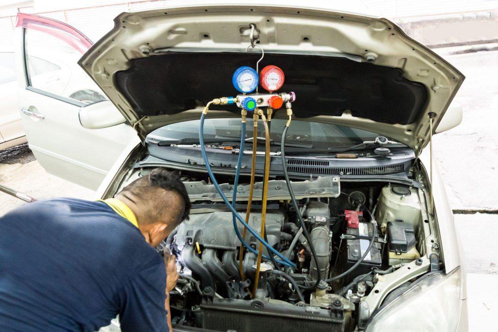 mechanik sprawdza klimatyzację w aucie