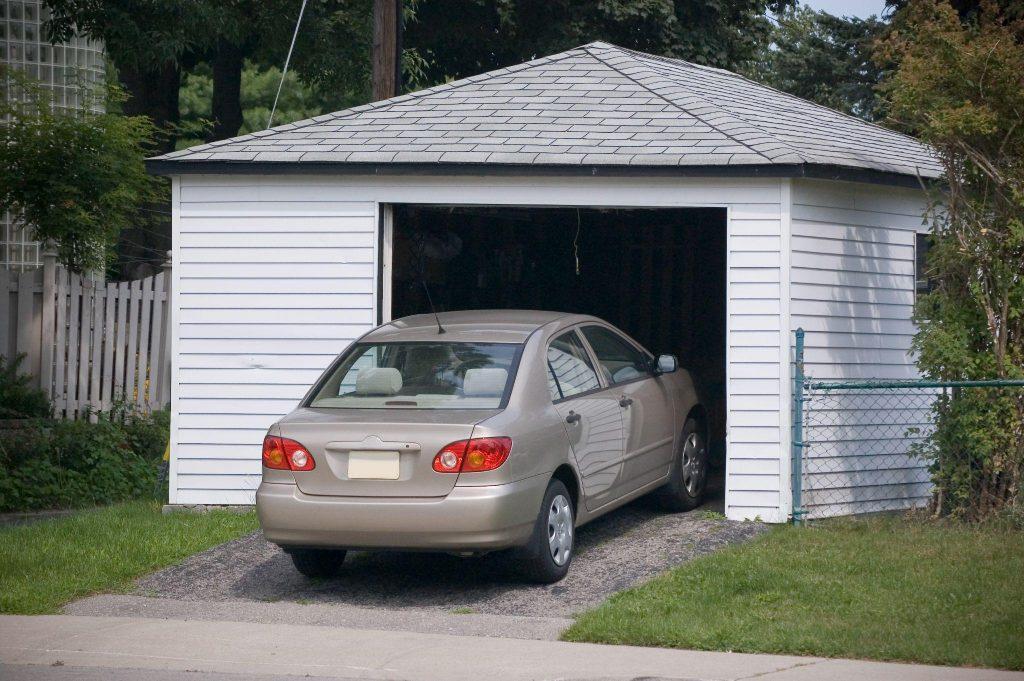 auto wjeżdza do garażu
